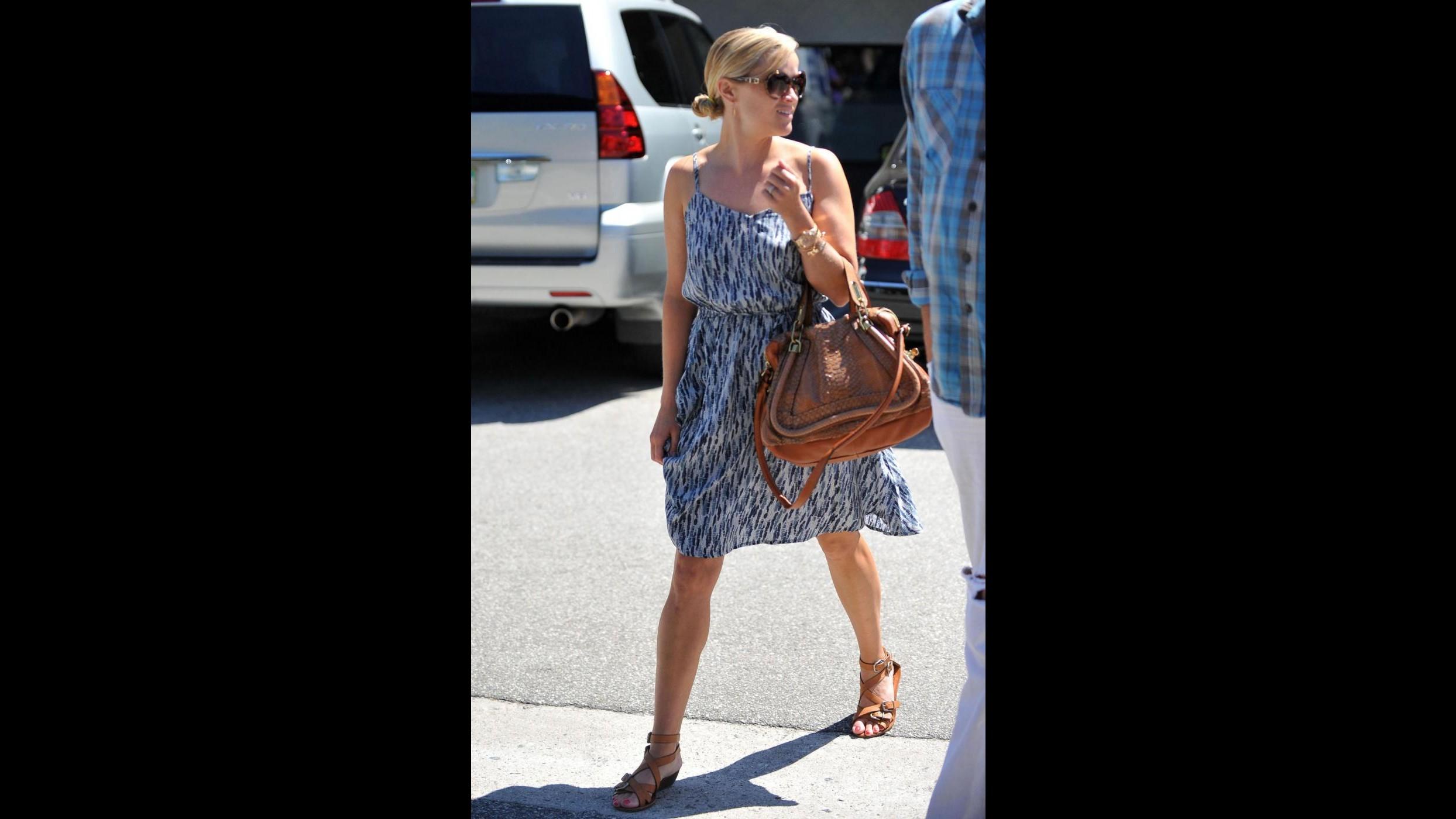 Reese Witherspoon attaccata dagli animalisti per borsa di pitone