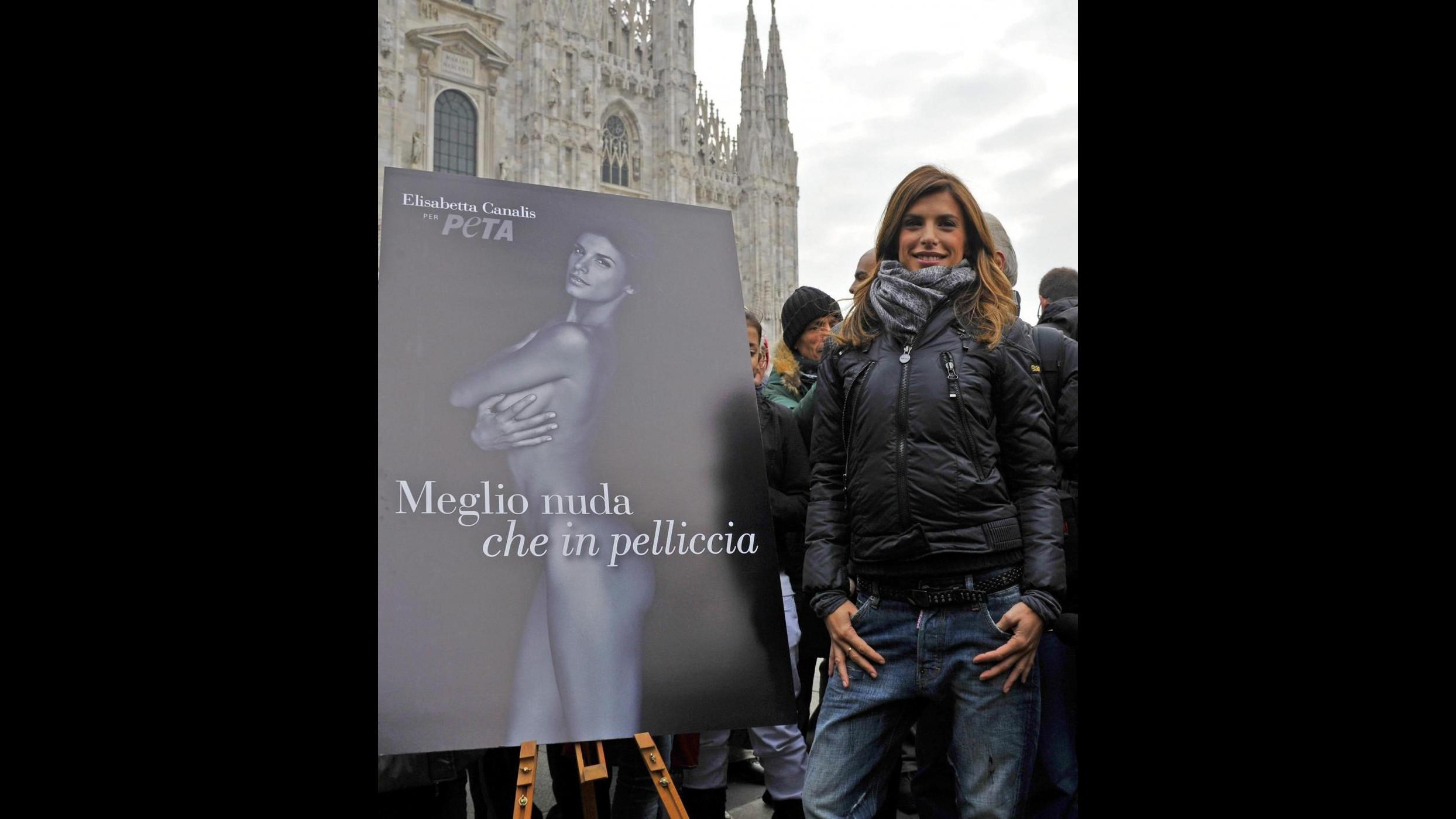 La Canalis al Duomo di Milano per lottare contro l'uso delle pellicce