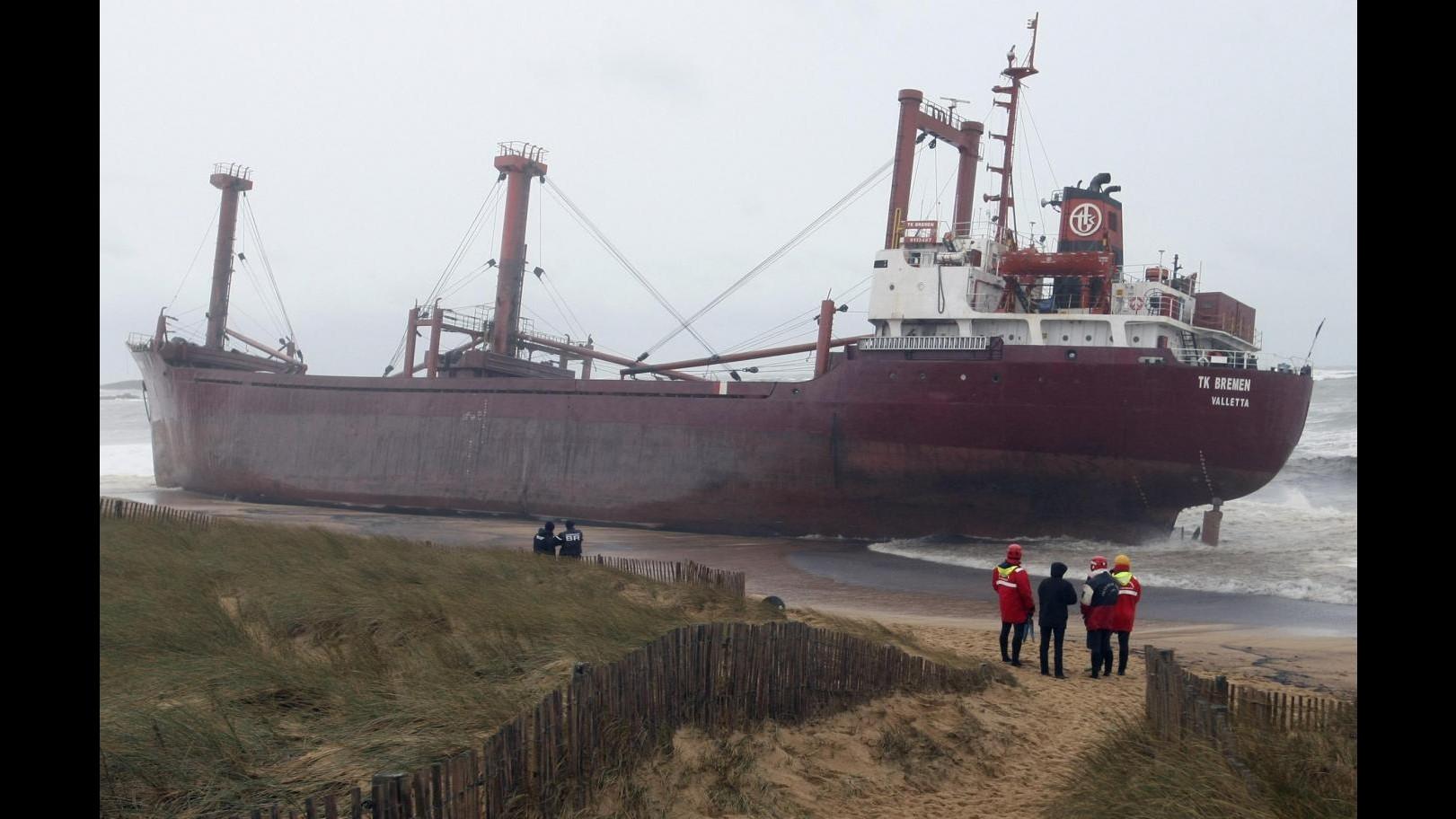 Francia, fouriuscita di petrolio da nave cargo arenata in Bretagna