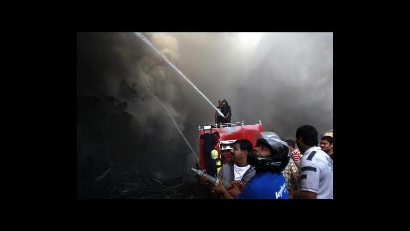 India, incendio in casa di cura a Calcutta: 61 le vittime