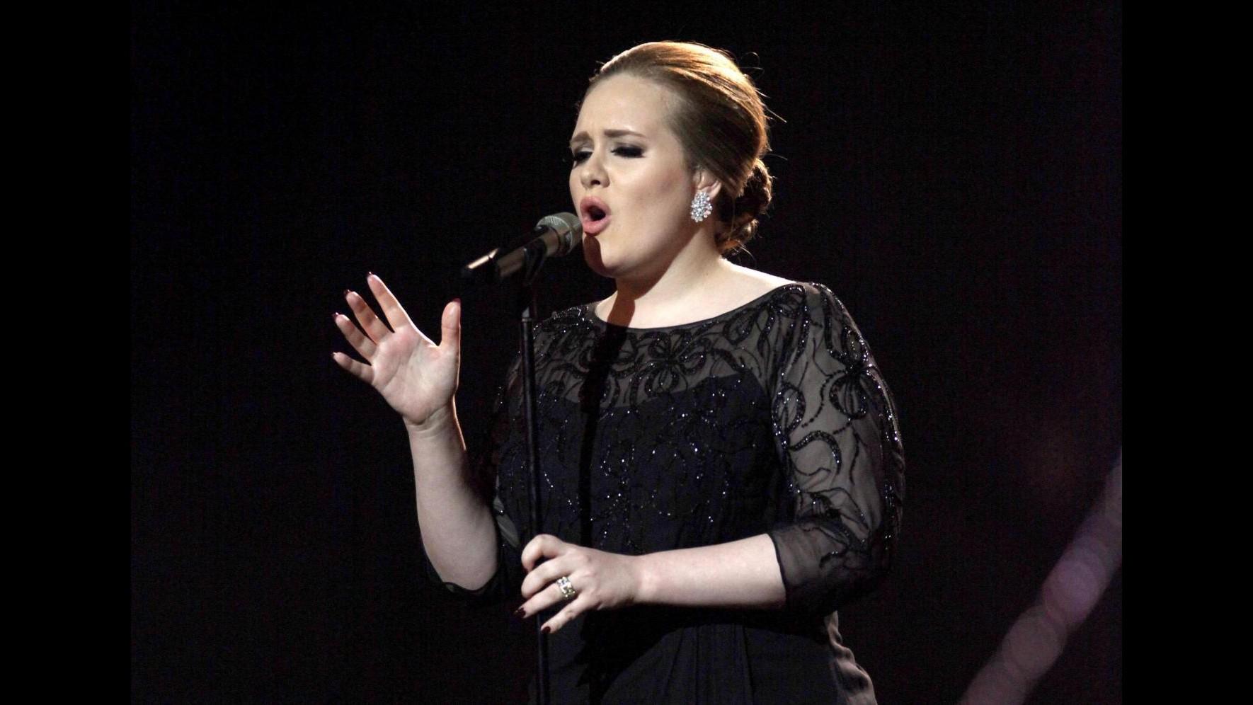 Adele torna in forma dopo l'intervento alla gola e pensa ai Grammy
