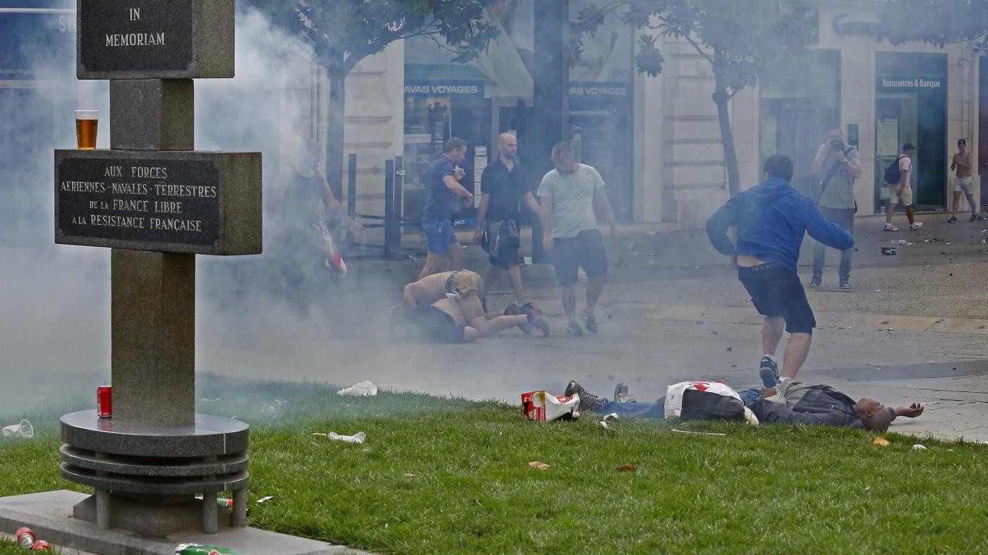 Euro2016, scontri a Lille: la polizia usa lacrimogeni