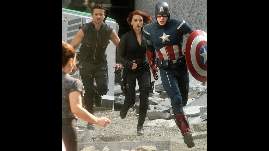 Scarlett Johannson, Chris Evans e Jeremy Renner sul set degli Avengers