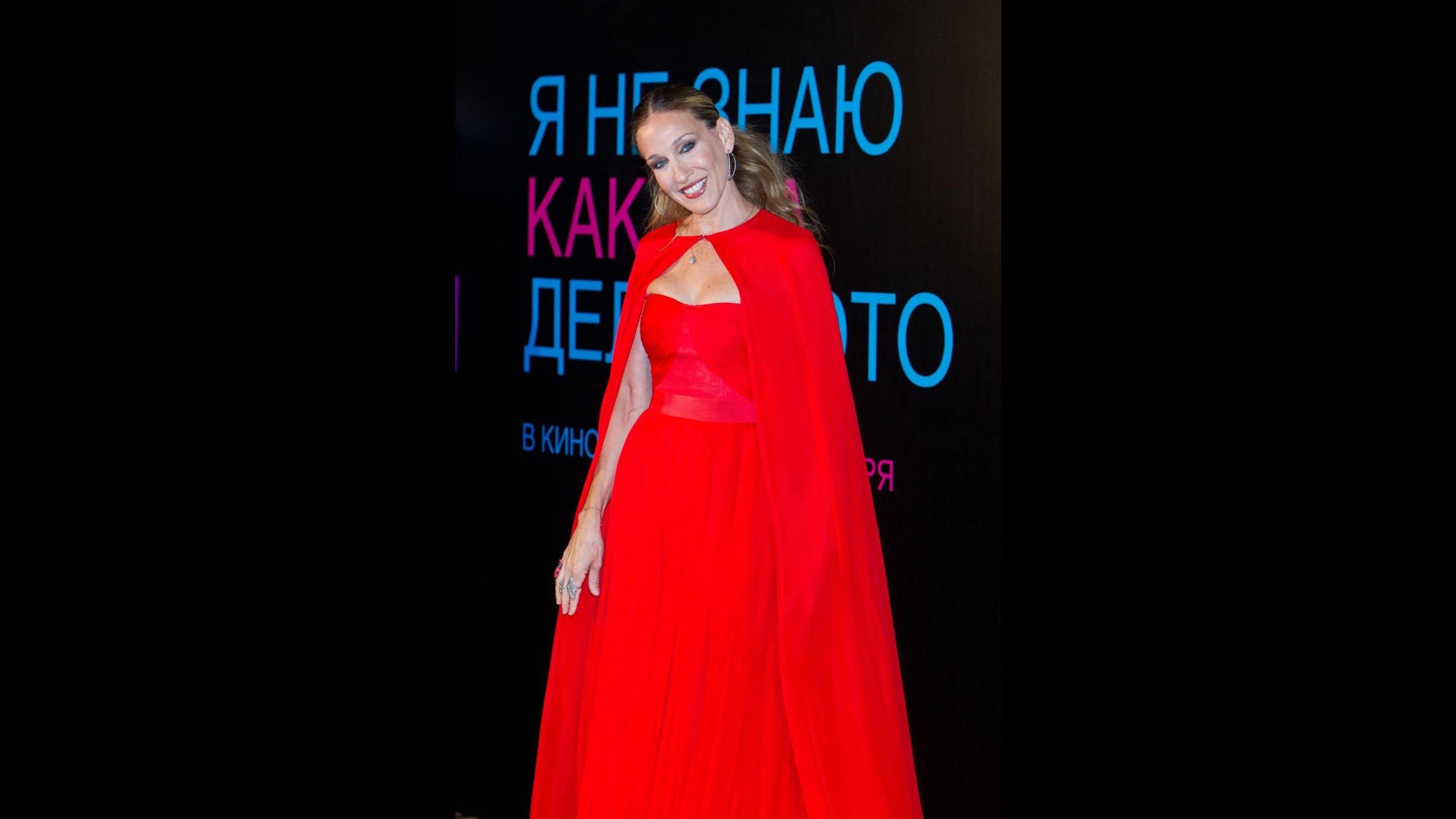 Sarah Jessica Parker come Cappuccetto rosso alla premiere di Mosca