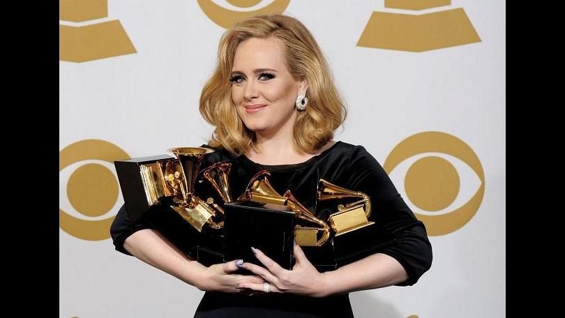 Karl Lagerfeld si scusa con Adele regalandole un set di borse Chanel