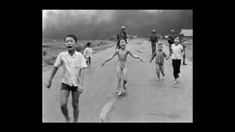 Compie 40 anni foto simbolo guerra Vietnam con 'napalm girl' in fuga