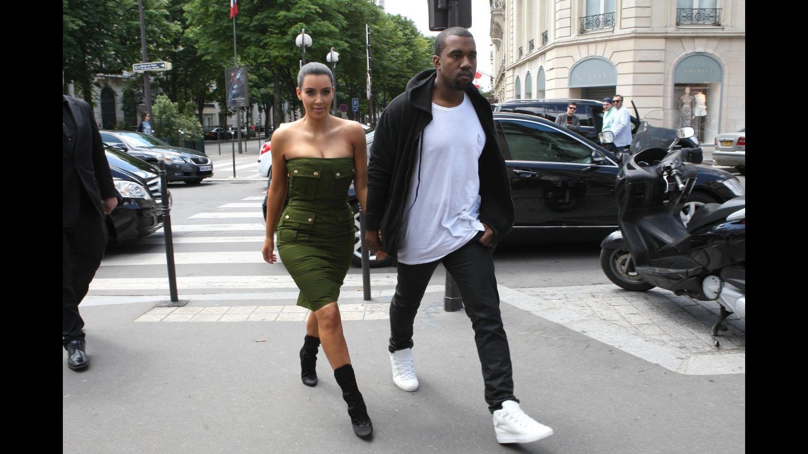 Kim Kardashian criticata dalla Peta per stivali di pitone