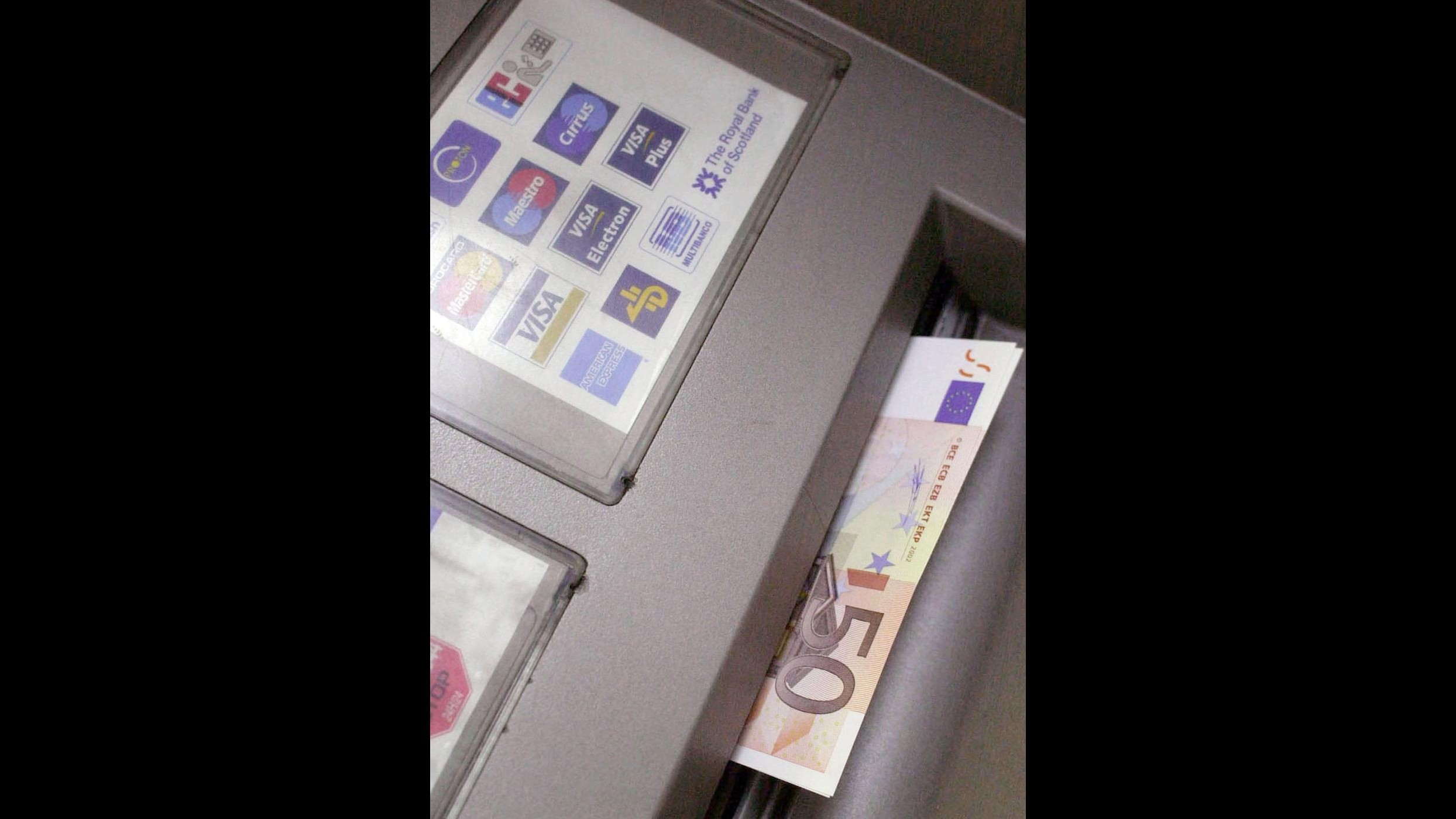Carte clonate, operazione polizia: tra arresti bancario infedele