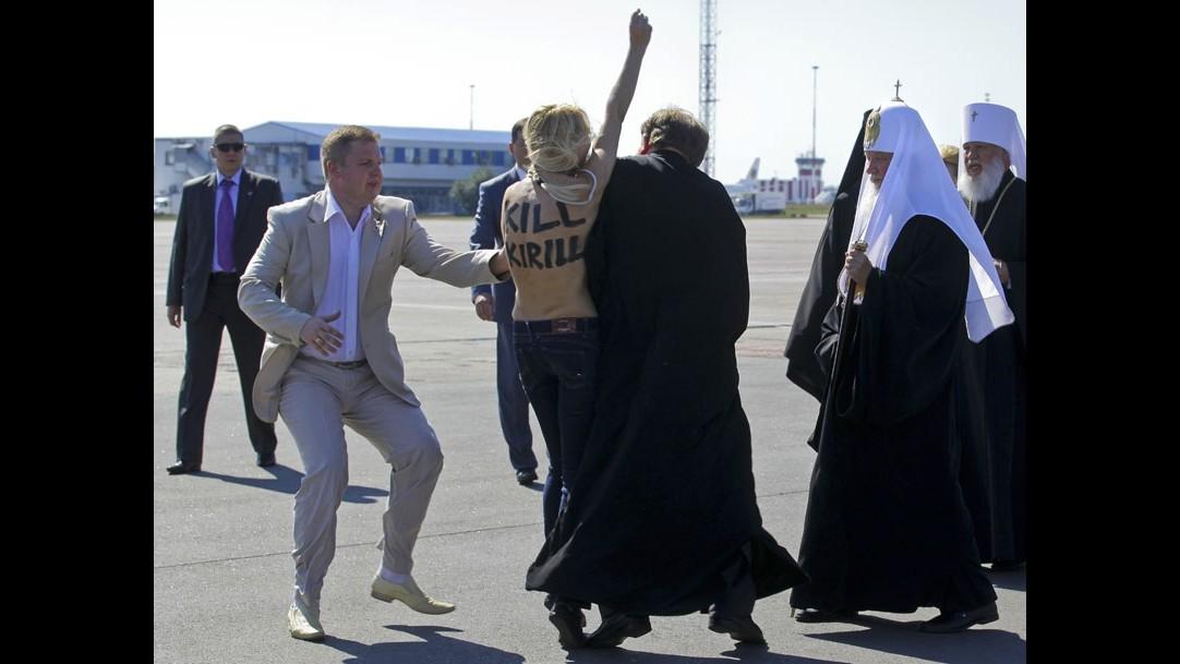 Ucraina, attivista Femen corre a seno nudo contro patriarca Cirillo