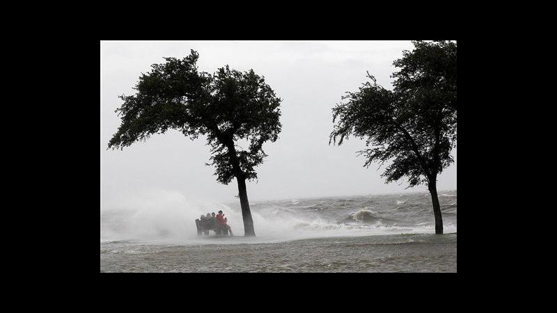 Isaac perde forza e torna tempesta tropicale, coprifuoco a New Orleans