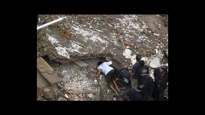 India, crolla palazzo di 5 piani a Mumbai: 3 morti. Bimbo salvato dopo 10 ore
