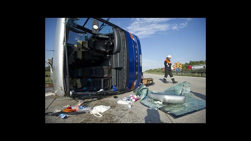 Germania, bus si capovolge durante grandinata: 30 bambini feriti