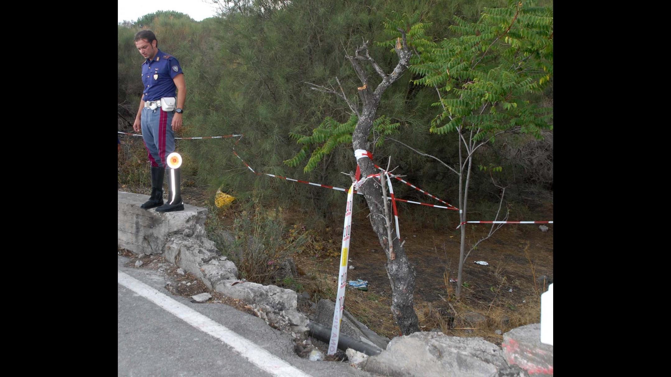 Forlì, auto finisce in un fossato: feriti tre giovani, uno è grave