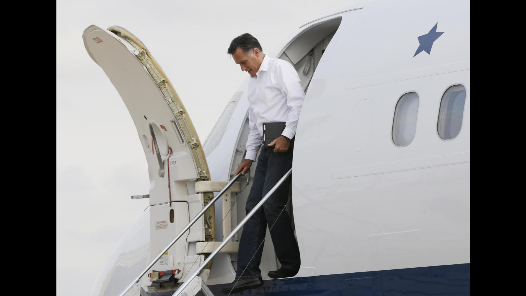 Usa 2012, gaffe di Romney: Perchè finestrini aerei non si aprono?
