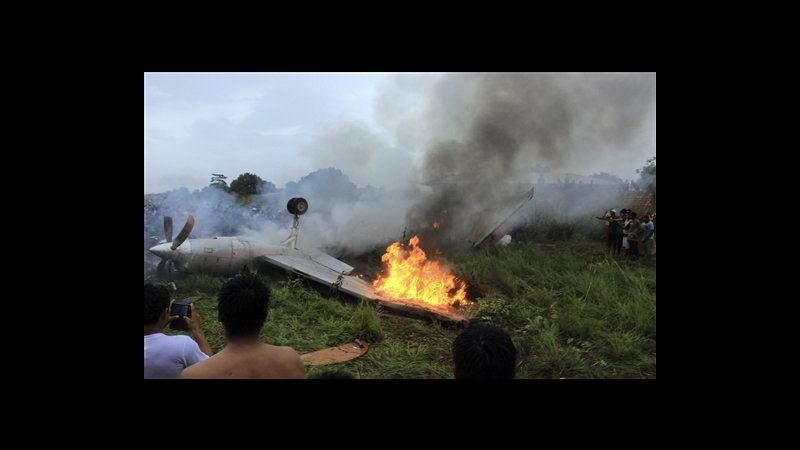 Bolivia, piccolo aereo esce di pista e prende fuoco: 8 morti