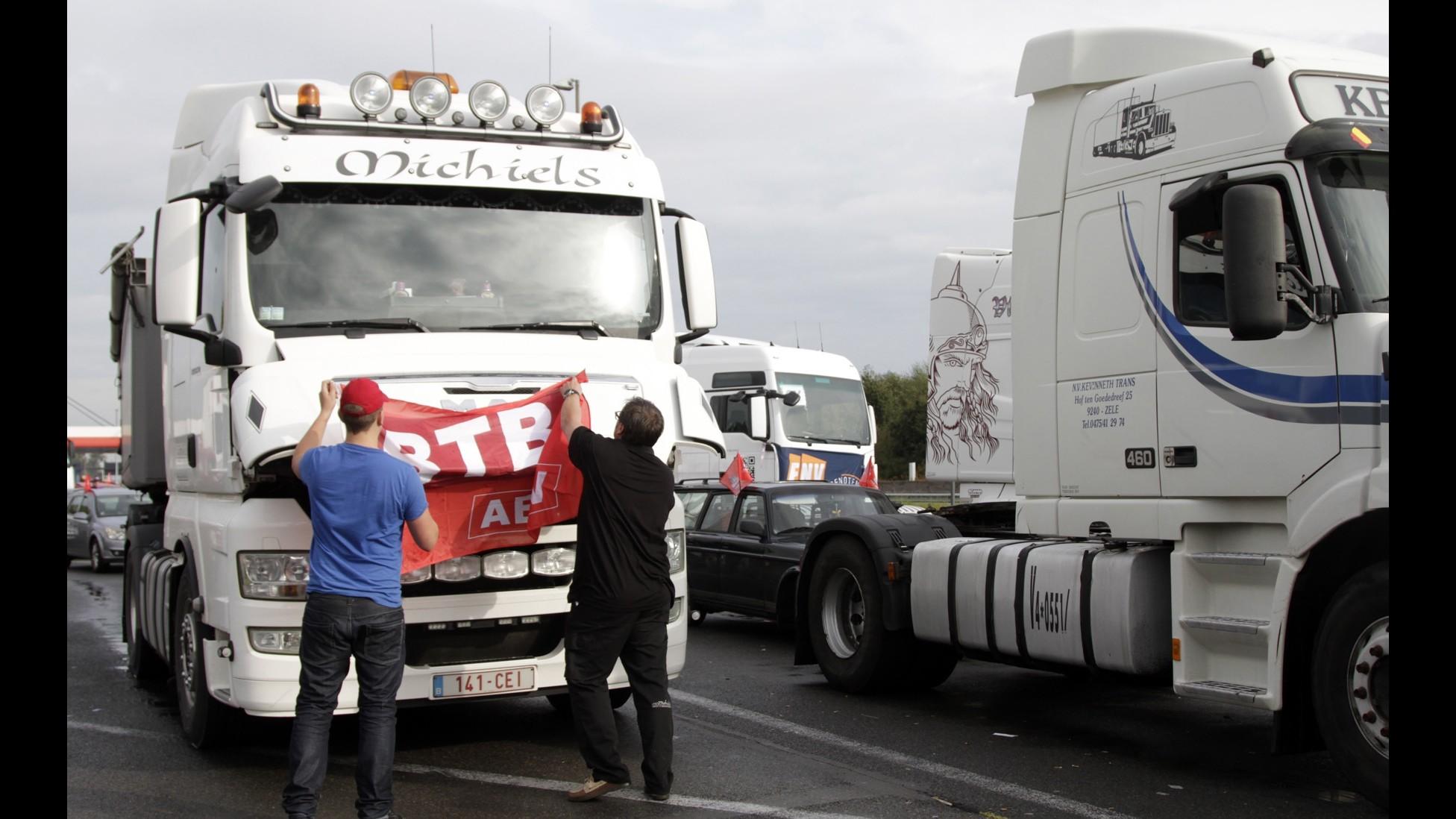 Camionisti protestano a Bruxelles: Stop disparità con colleghi dell'Est