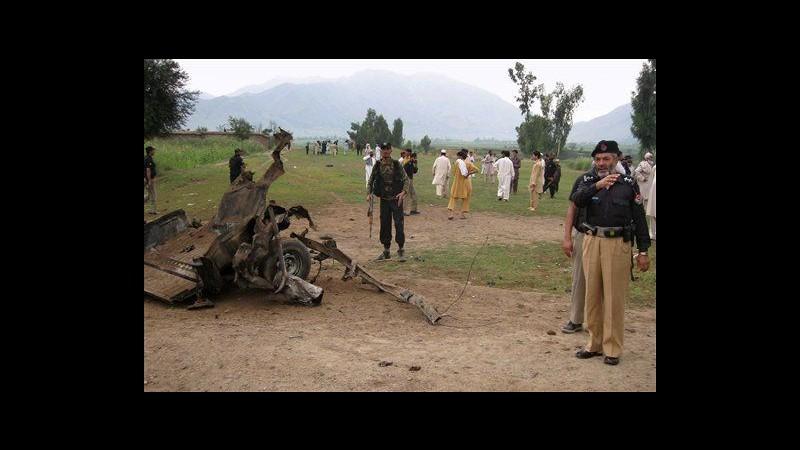 Pakistan, bomba su strada colpisce van: 15 morti, 2 sono bambini