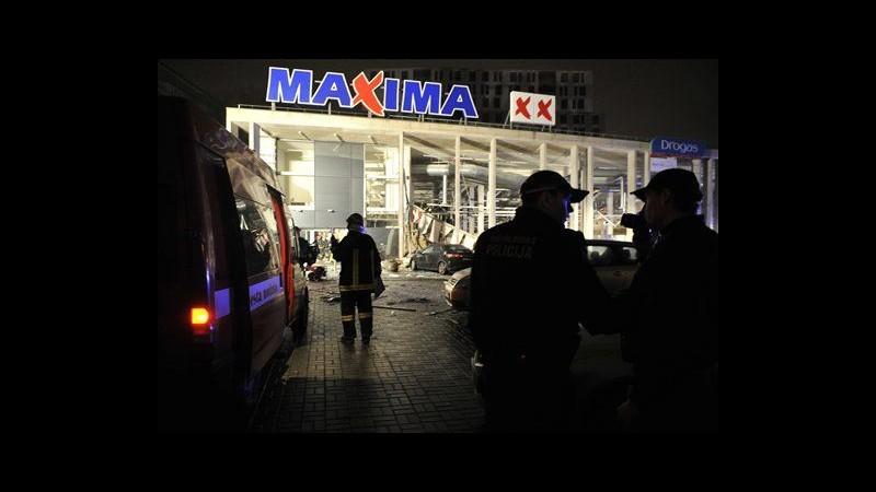 Lettonia, crollo tetto in supermercato Riga: bilancio sale a 17 morti