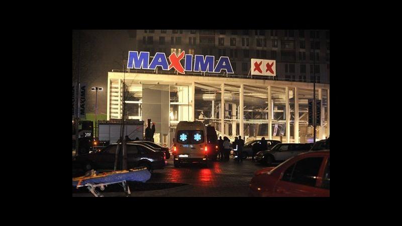 Lettonia, crolla tetto in supermercato a Riga: 4 morti, 30 feriti