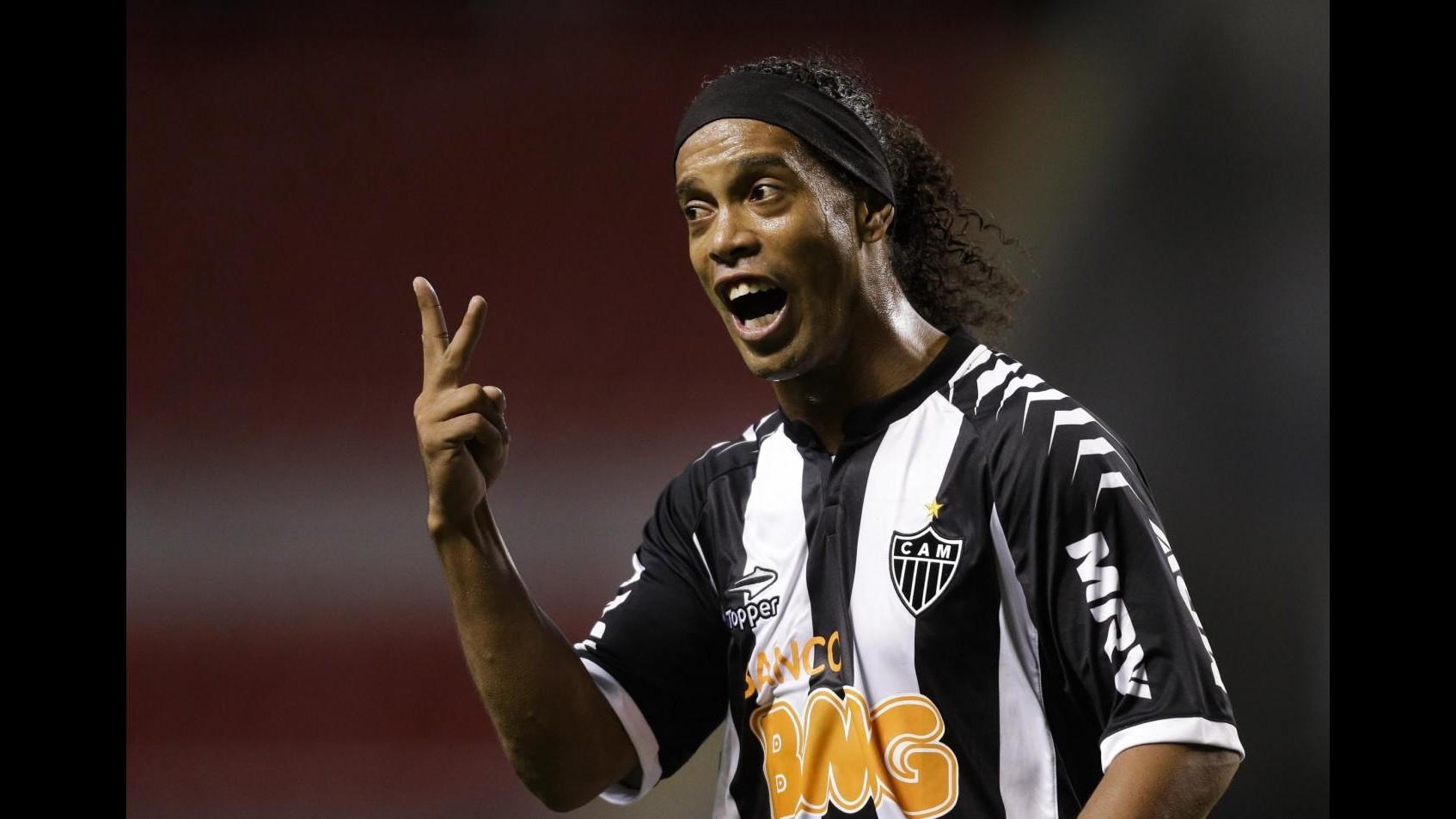 Ronaldinho show, tripletta con Atletico Mineiro e dedica in lacrime
