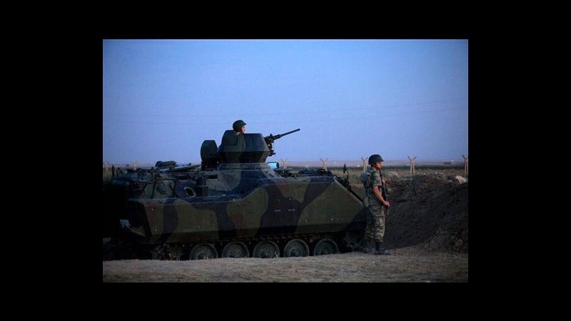 Siria, bombe esercito su Homs. Soldati turchi al confine