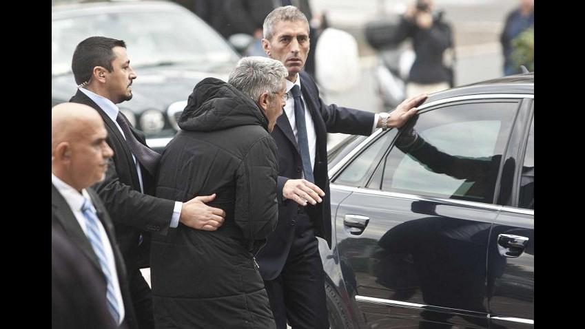 La 'Iena' Enrico Lucci cerca di avvicinare Cav: fermato da sicurezza