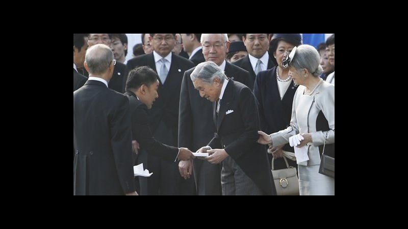 Giappone, dà lettera all'imperatore a cerimonia: bufera su deputato