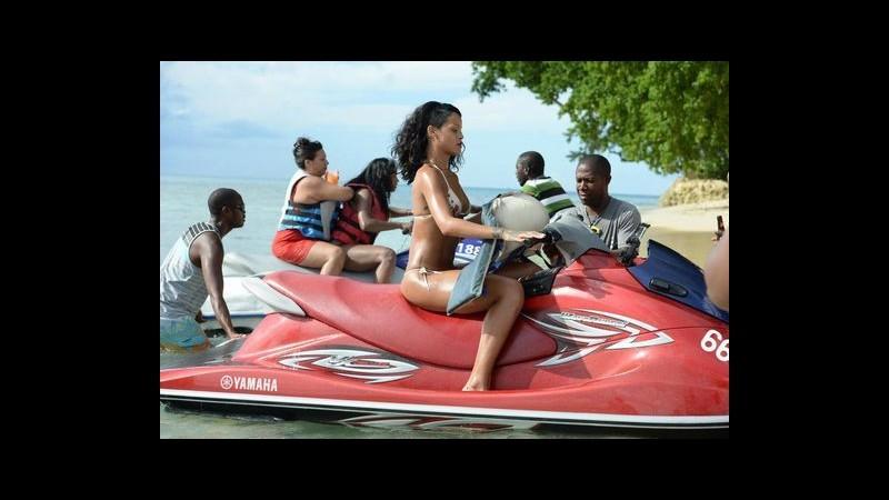 Sexy e super tatuata: Rihanna posa in bikini alle Barbados