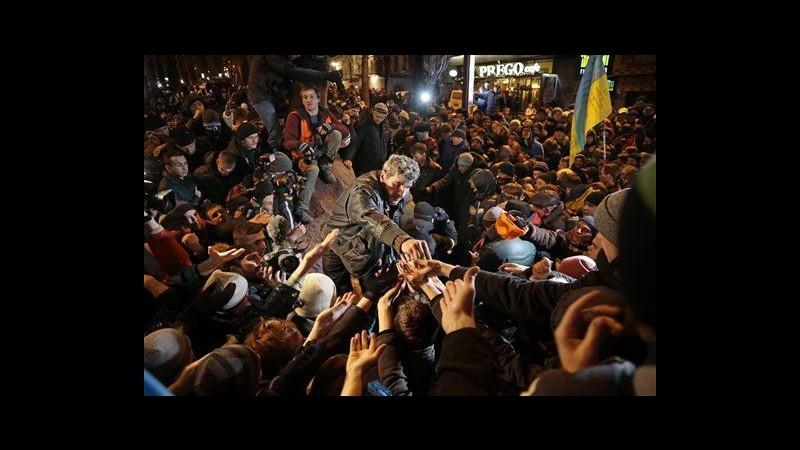 Ucraina, poliziotti antisommossa a Kiev, danneggiata altra statua Lenin
