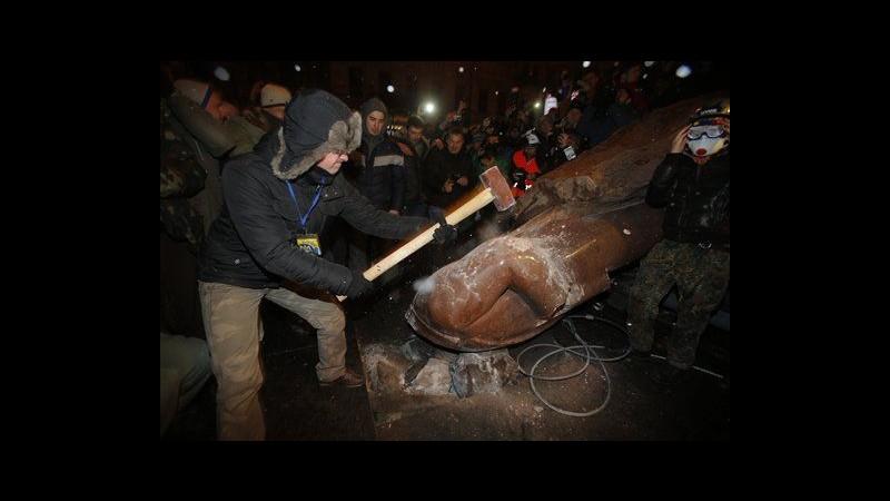 Ucraina, oltre 500mila in piazza a Kiev, abbattuta statua di Lenin