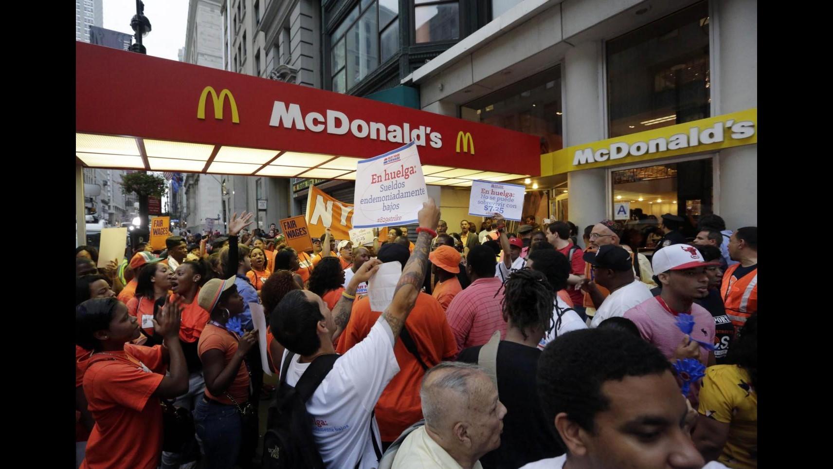 Usa, fast-food in sciopero: cortei in 100 città per chiedere aumenti