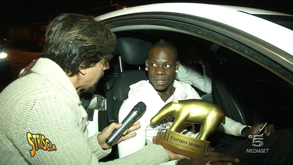 Striscia la notizia, Tapiro d'oro a Mario Balotelli: Sarò un bravo papà