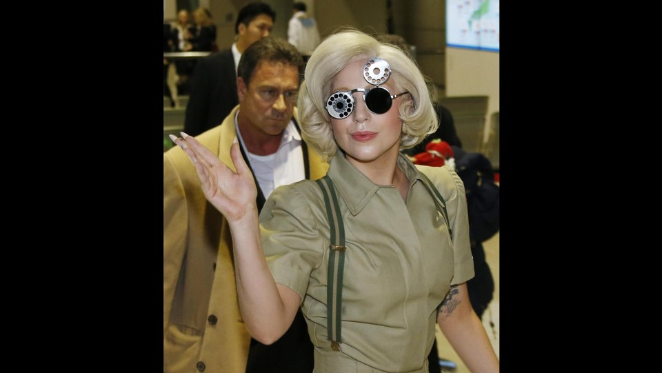 Lady gaga in giappone per nuovo album look futurista all aeroporto