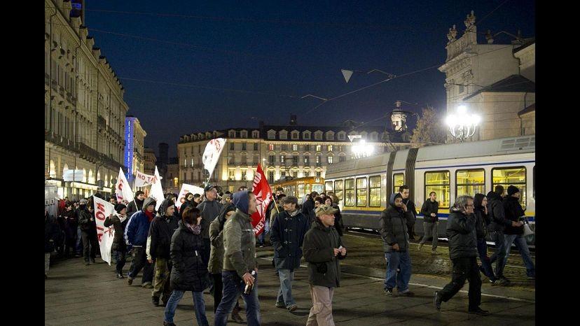 Torino, autonomi di nuovo in corteo: occupati binari Porta Nuova