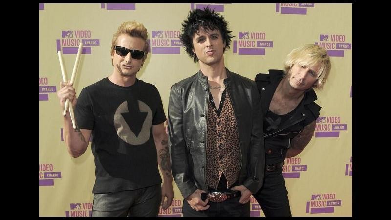 Green Day cancellano altri concerti e anticipano uscita di 'Tré'