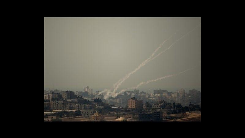 Razzi da Gaza su Israele, aviazione contrattacca e lancia volantini