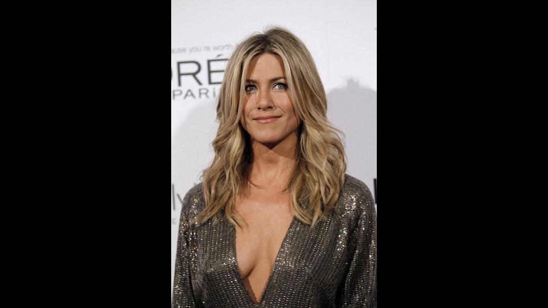 Niente bisturi per Jennifer Aniston, sostiene il seno con i massaggi