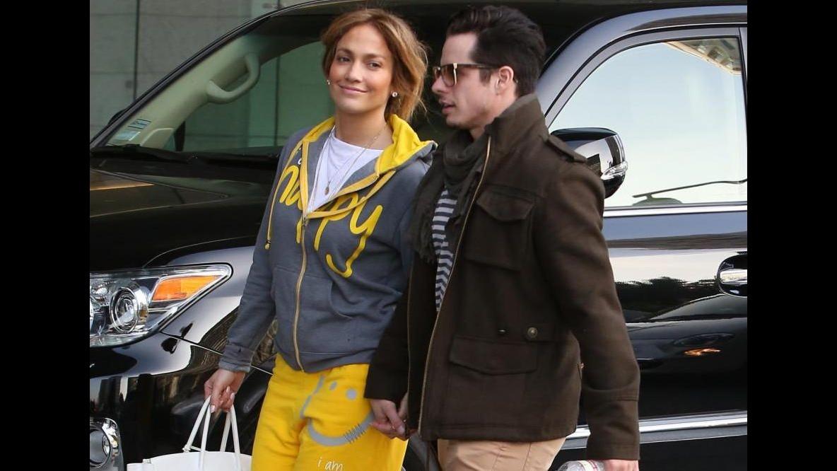 Jennifer Lopez mano nella mano con Casper Smart svela la sua felicità