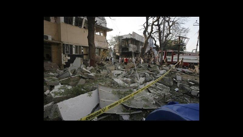 Pakistan, kamikaze contro caserma a Karachi: 3 morti e 20 feriti