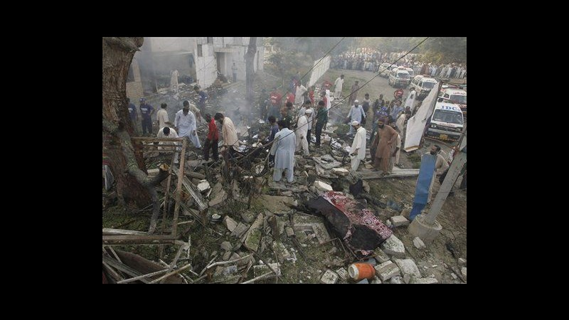 Pakistan, kamikaze contra caserma Karachi: 1 morto, 21 feriti