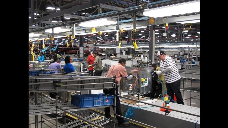 Electrolux, azienda chiede taglio salari in Italia da 1.400 a 700 euro