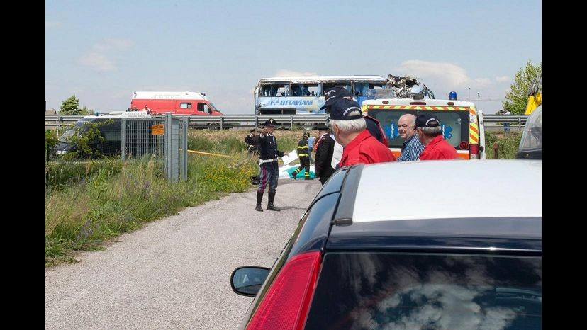 Autobus esce di strada su A14 a Senigallia: 44 feriti