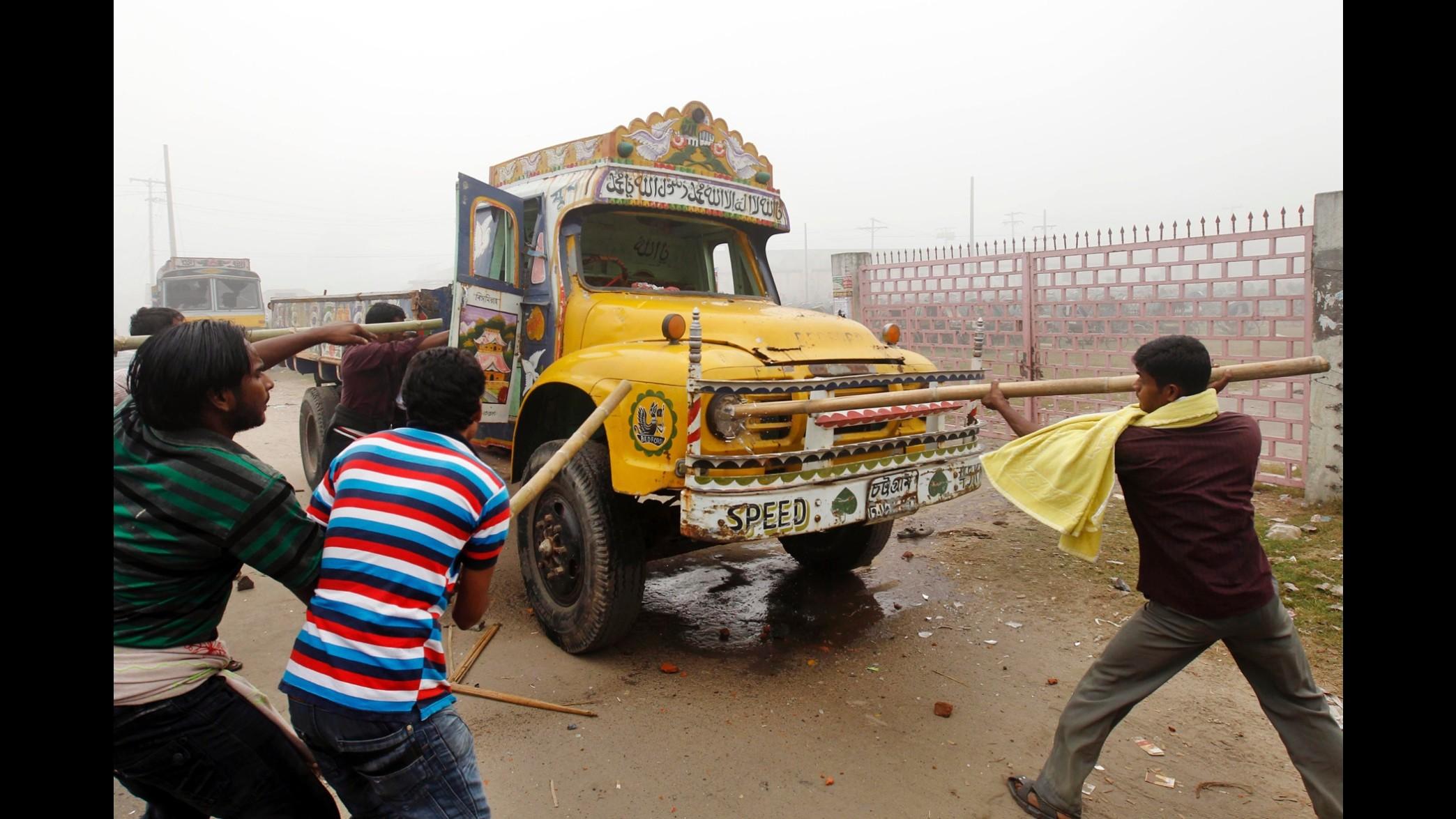 Bangladesh, violente proteste contro il governo: 2 morti, 200 feriti