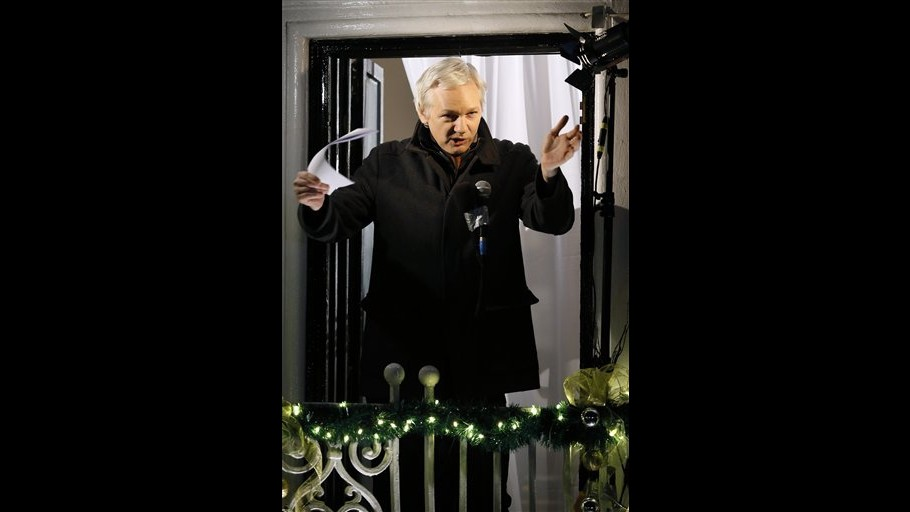 Julian Assange parla da ambasciata Ecuador: La lotta continua nel 2013
