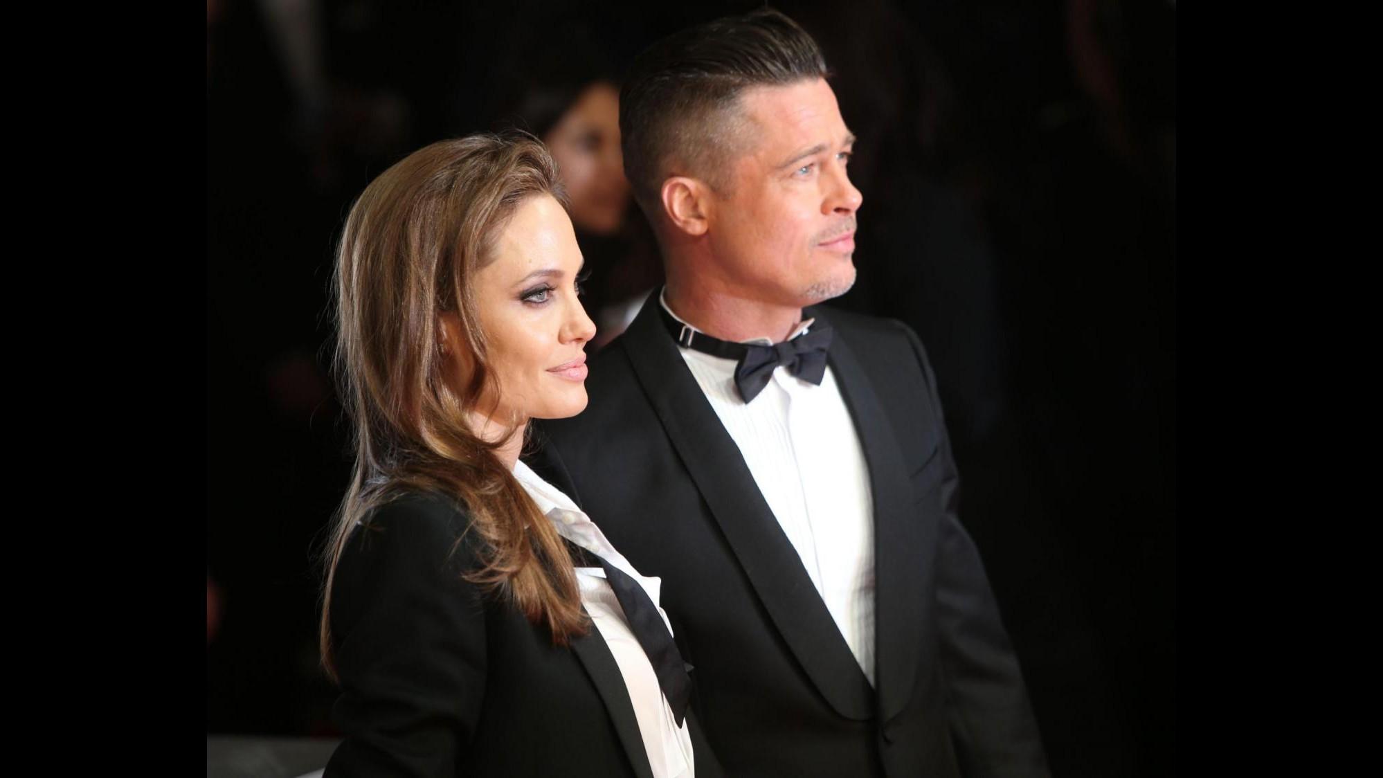 Oscar, Angelina Jolie fa le prove con le scarpe che indosserà sul palco