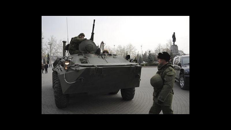 Ucraina, un blindato russo in strada a Sebastopoli