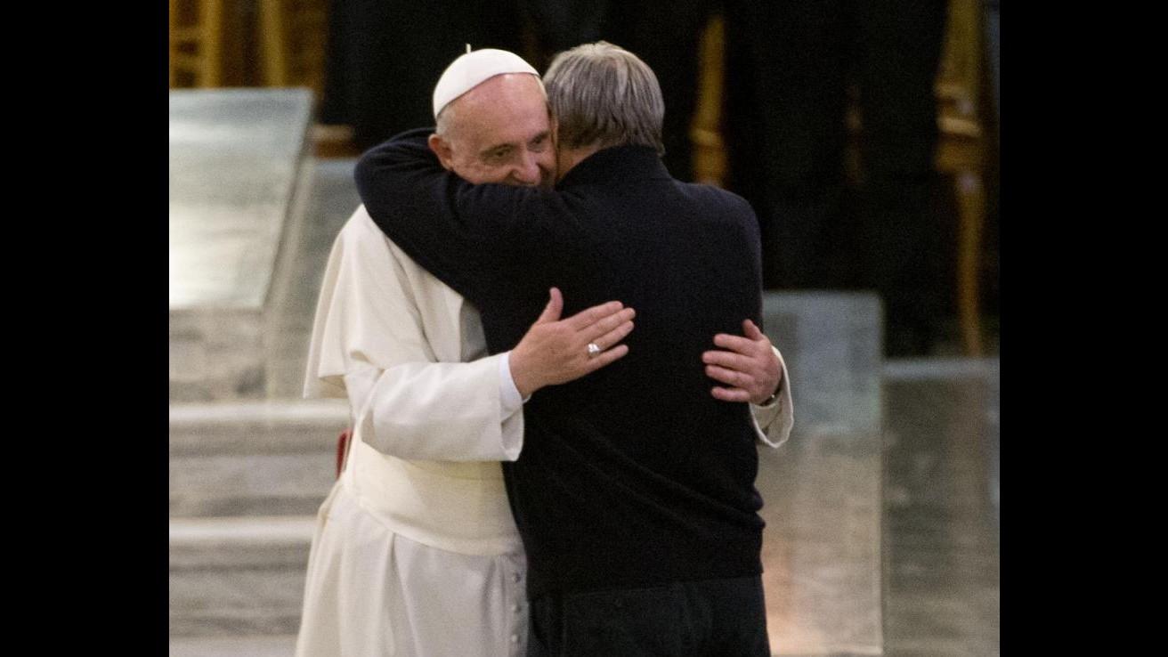 Papa Francesco ai mafiosi: Vi chiedo in ginocchio, convertitevi. Solidarietà a famiglie di vittime
