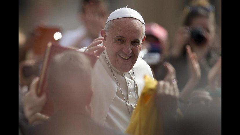 Papa Francesco mano nella mano con don Ciotti alla veglia per vittime mafie