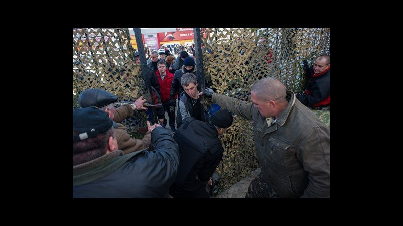 Ucraina, russi prendono altre 2 basi in Crimea a Eupatoria