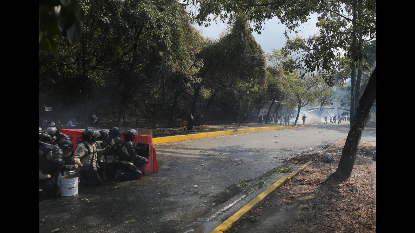 Venezuela, operaio comune Caracas ucciso in strada, rimuoveva barricate